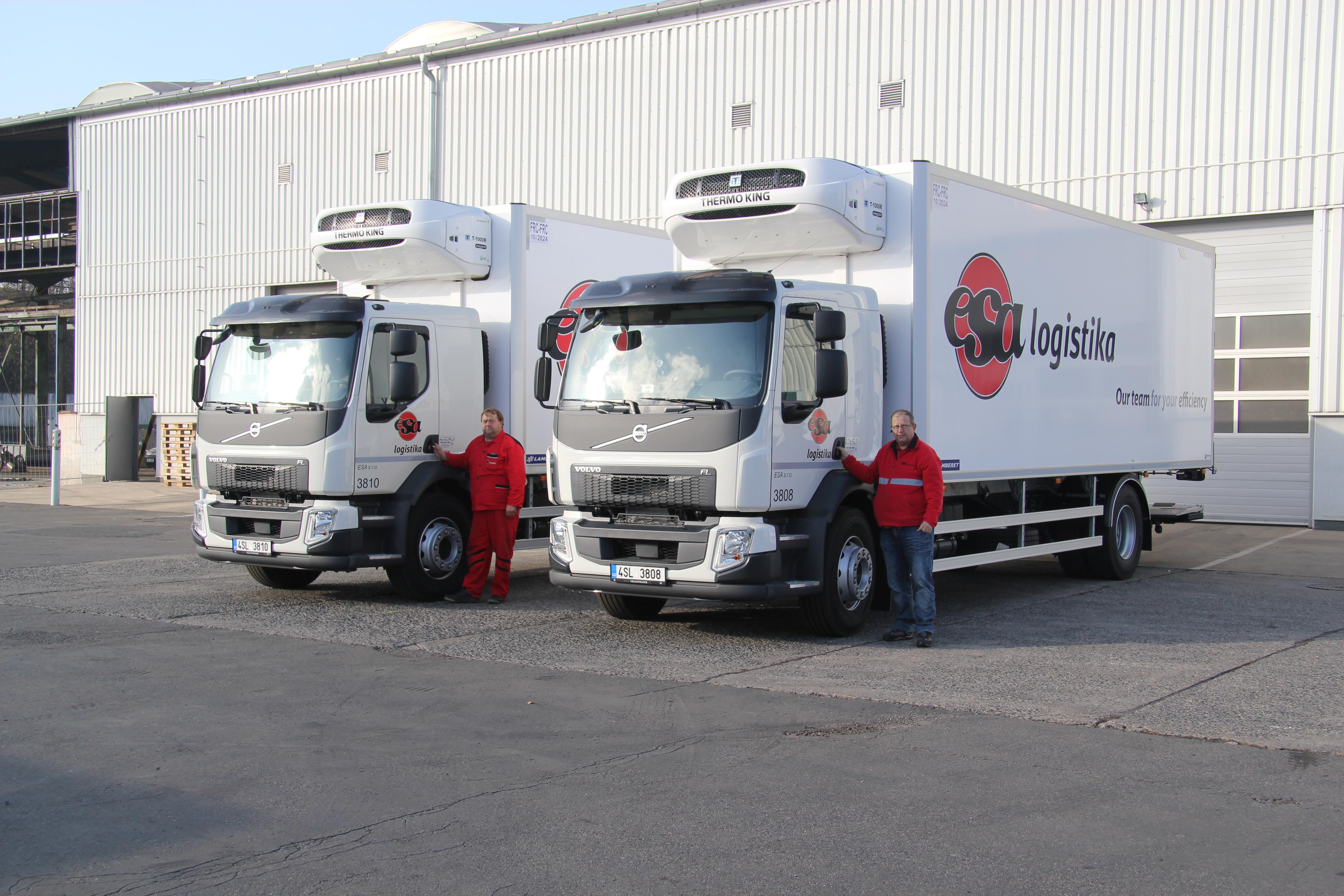 Distribuce ESA logistika_dva vozy před skladem Kladno SID s řidiči stojícími před kabinou