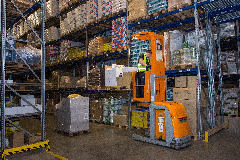 Distribuční logistika - distribuční chlazený sklad, řidič ve VZV, boční pohled, zaplněný sklad