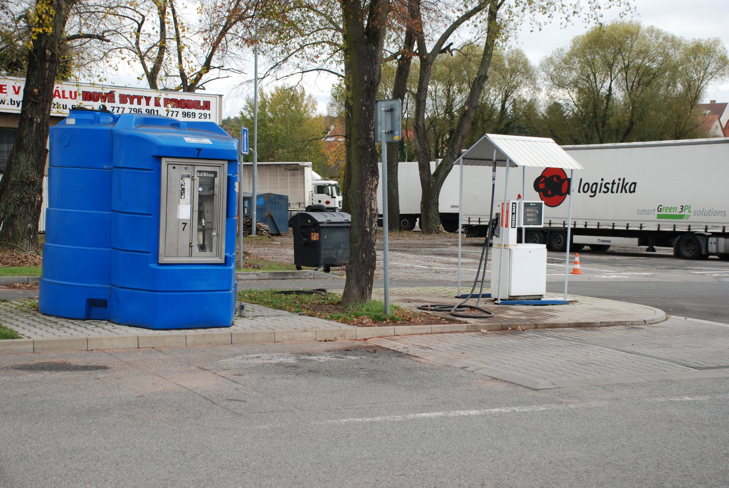 Čerpací stanice PHM v Kladně -pohled na  venkovní stojan pro nákladní vozidla včetně čerpaní AdBlue