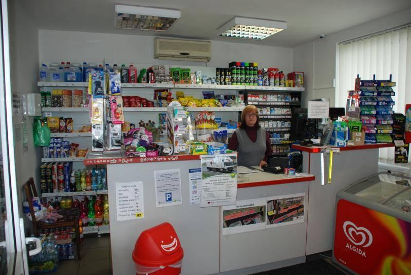 Pohled do prodejní části čerpací stanice v Kladně s jejím sortimentem