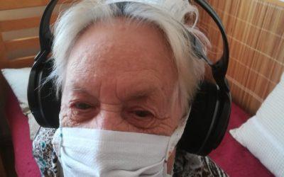 ESA logistika a CHFZ ESA daroval seniorům bezdrátová sluchátka