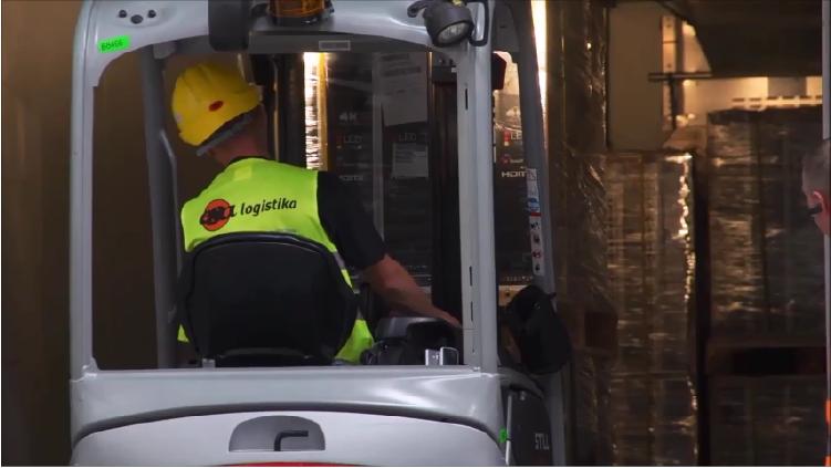 Pracovník ESA logistika - řidič VZV, pracuje ve skaldu klienta TCL, kterému ESA logistika poskytuje outsourcing log. služeb