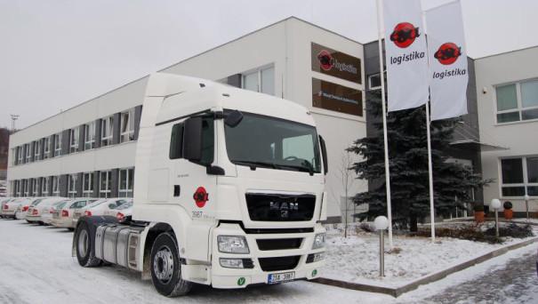 Tahač v barvách ESA logistika před správní budovou ESA logistika v Kladně v zimním prostředí