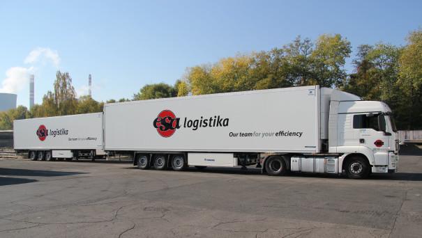 """Silniční doprava - Ukázka nových kamionů s novým logem a sloganem """"Our team for your efficiency"""" na dvoře dopravního střediska v Kladně."""