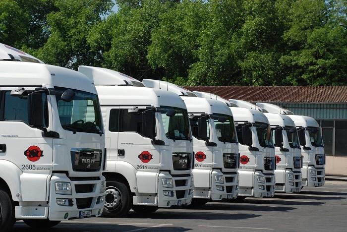 Dopravní řešení_silniční doprava_boční pohled na 6  nových kamionů v areálu centrály  ESA logistika  Kladno