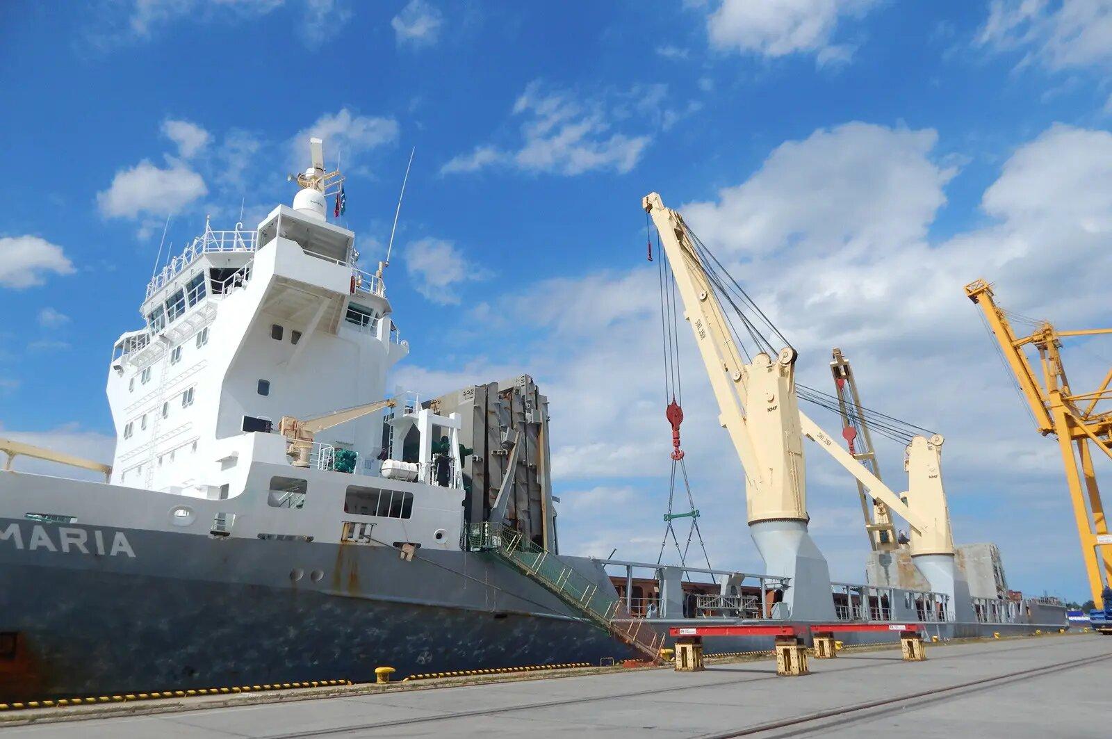 Rozwiązania transportowe, transport morski, statek w porcie morskim