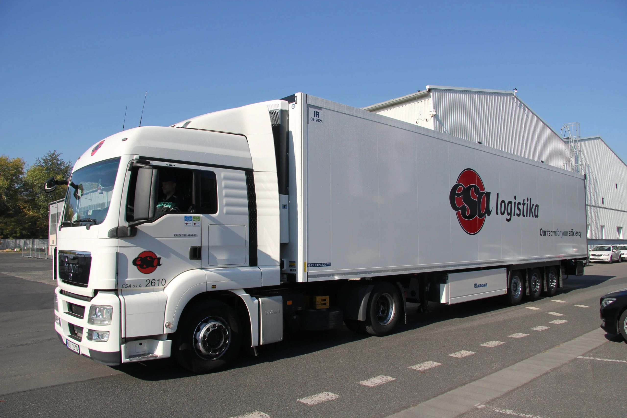 Rozwiązania transportowe, usługa transportowa FTL premium, transport drogowy, ciężarówka z logo ESA