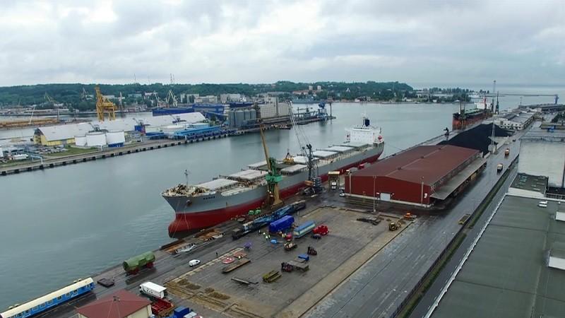 Speciální přepravy - námořní přepravy ESA logistika, manipulace s nadrozměrným nákladem v přístavu - přeložení na železniční vagóny pomocí přístavních jeřábů.