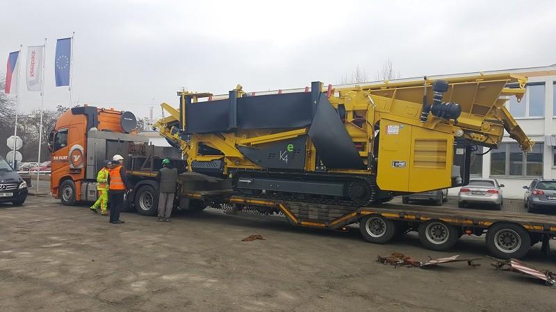 Speciální přepravy - silniční nadrozměrný náklad na speciálním podvalníku. Zajišťování nákladu na vozidle před odjezdem.