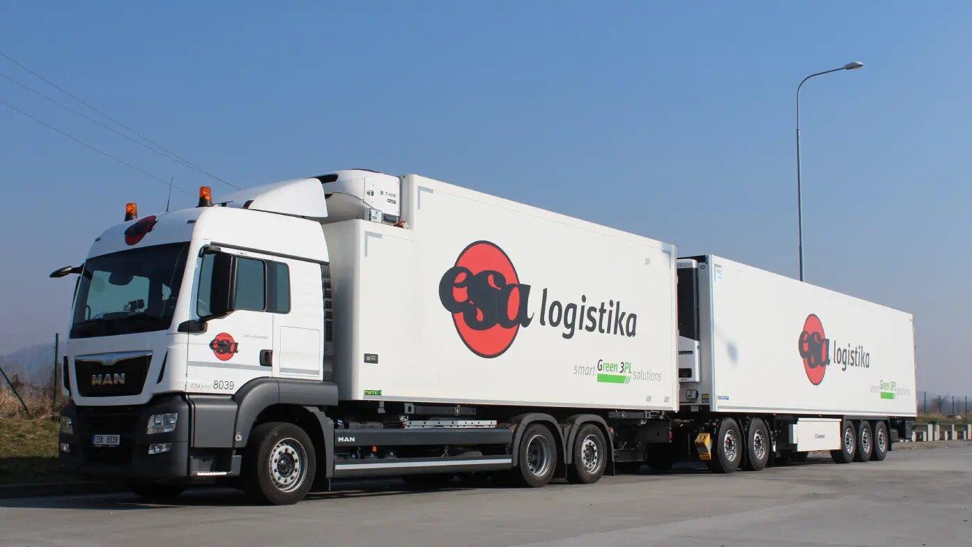 Transport drogowy całopojazdowy FTL, ciężarówka z logo firmy ESA
