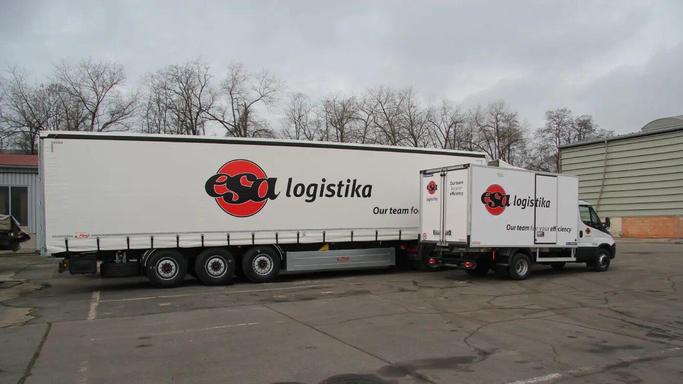 Transport drogowy częściowy LTL, pojazdy ciężarowe z logo firmy ESA