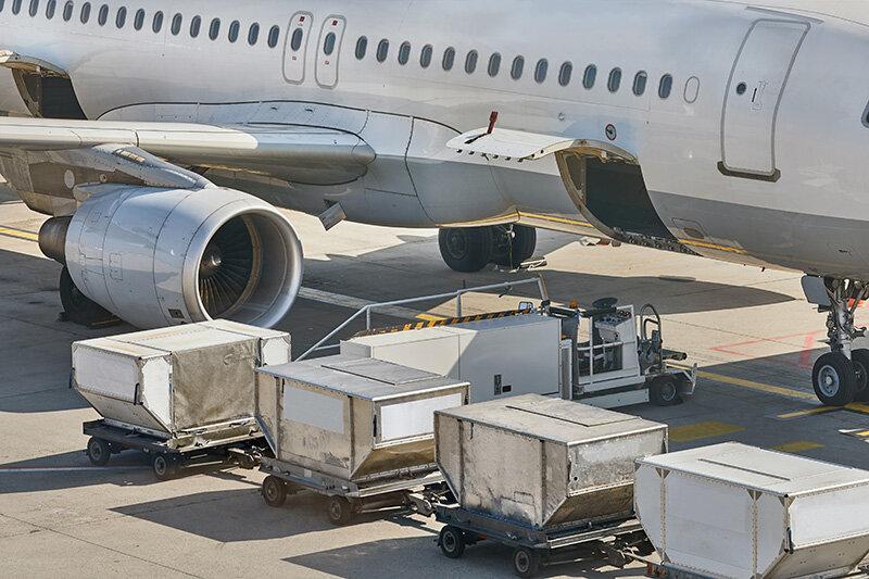 Transport lotniczy i morski, samolot na płycie lotniska