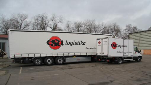 Součástí kamionové dopravy je i sběrná služba, která vyžaduje vozy různých velikostí. Na obrázku kamion ESA logistika ve srovnání s malým distribučním vozidlem.
